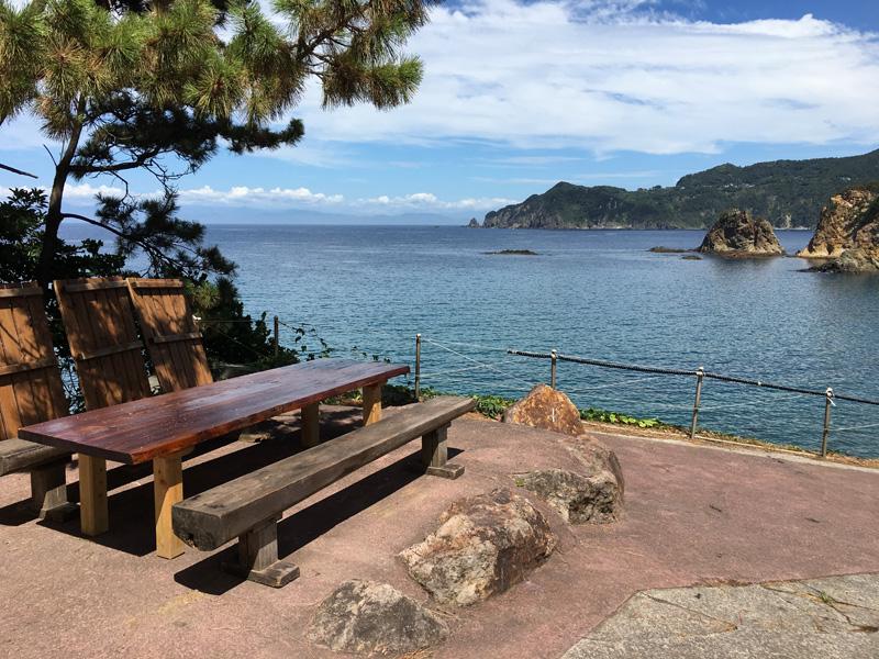 伊豆黄金崎で楽しいキャンプ コテージ専用テラス席