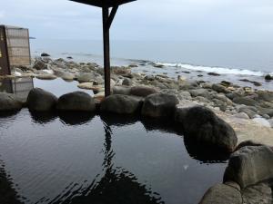 波の音にも癒される…波打ち際まで3mの絶景露天風呂