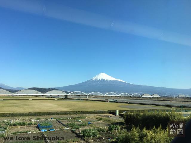 新幹線の車窓から見る富士山