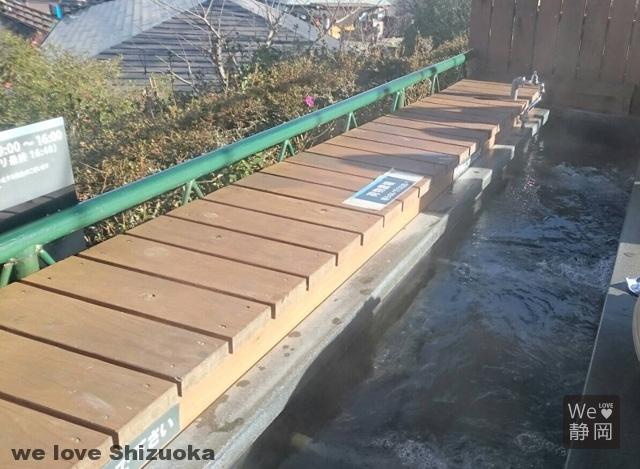 空中庭園で足湯に浸かりながら富士山