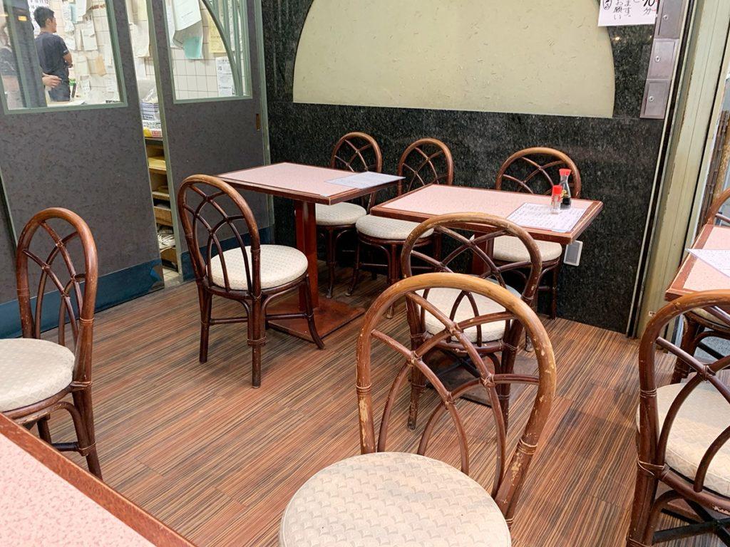 熱海平和通り商店街の魚とや(ととや)イートインスペース