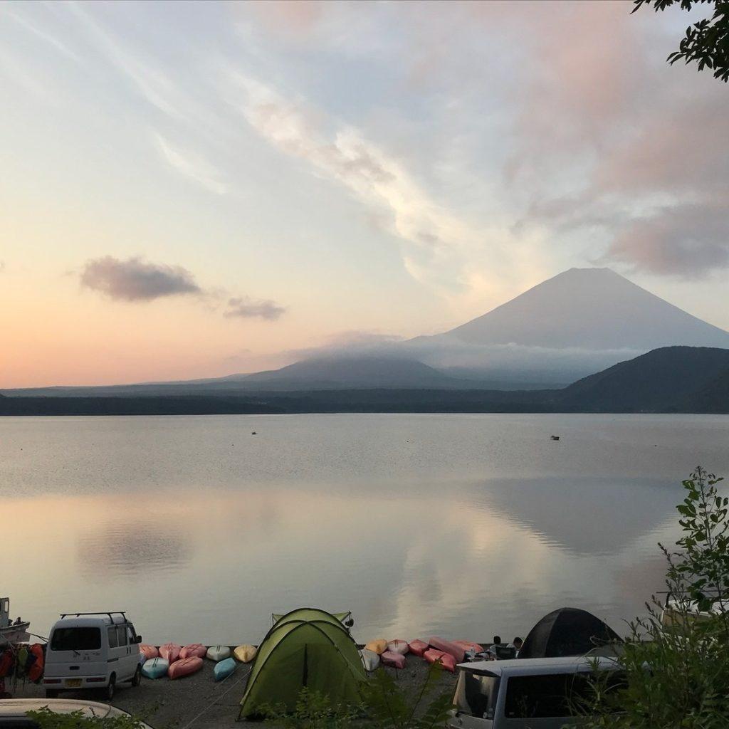本栖湖のキャンプ場から富士山