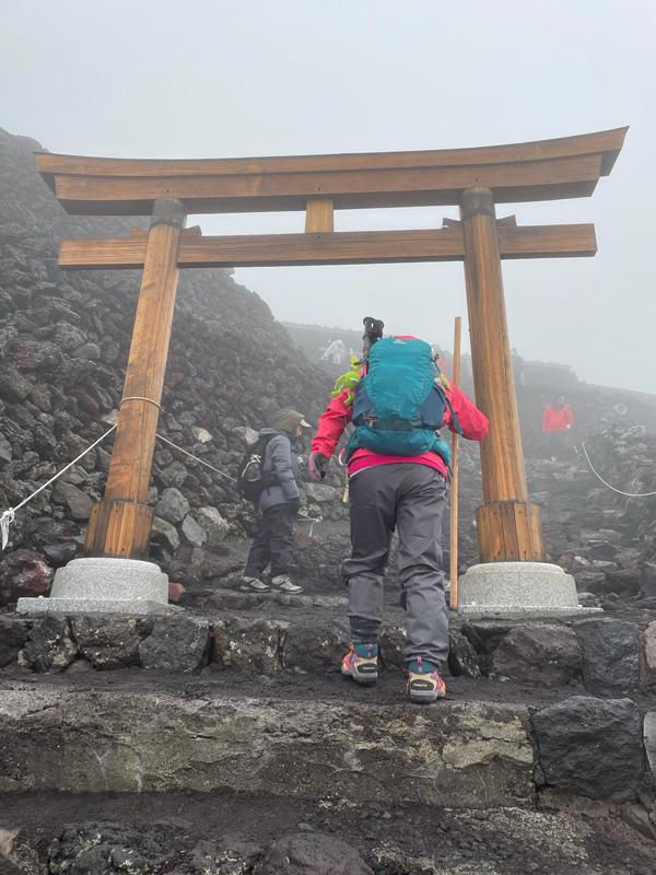 富士登山:山頂の鳥居
